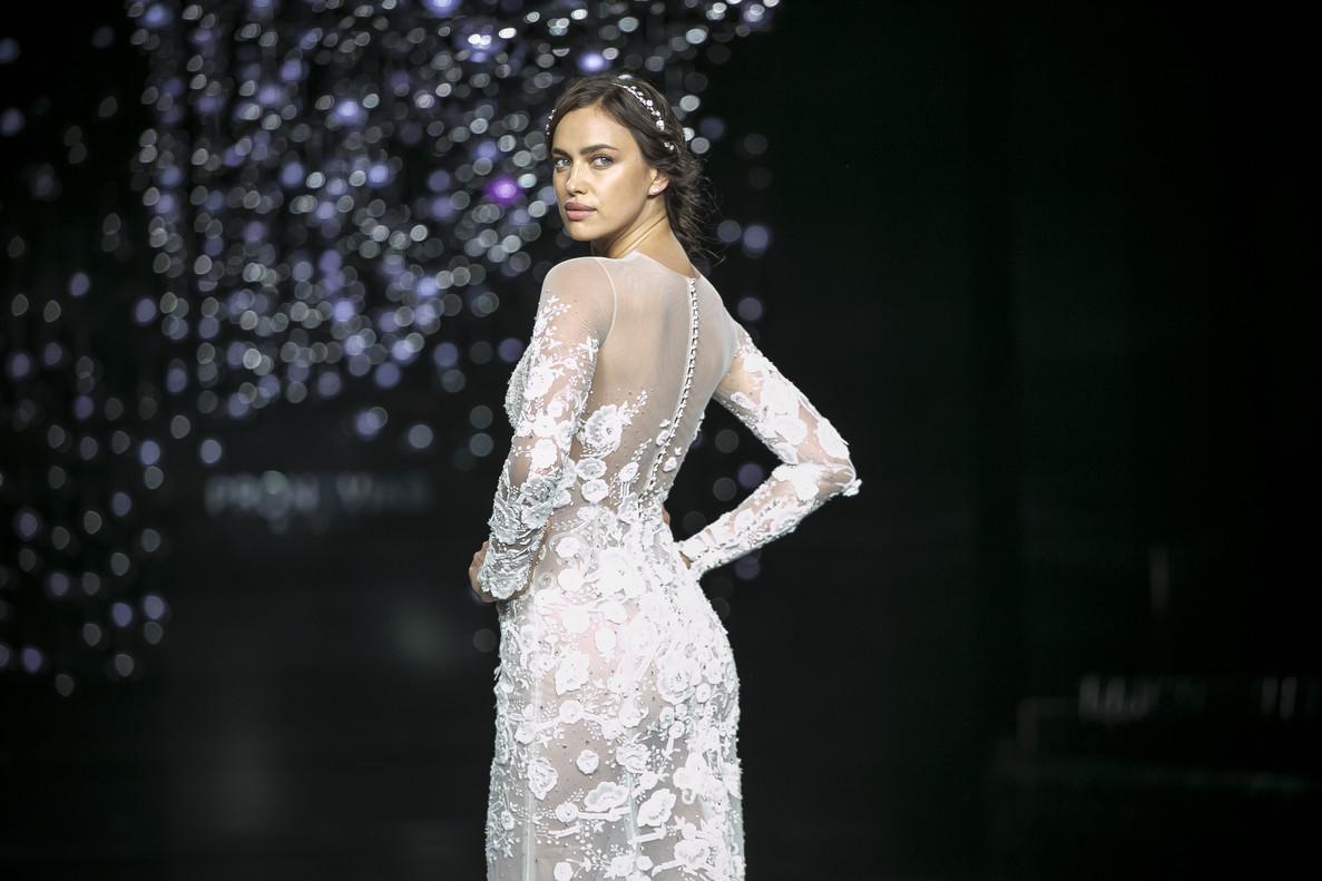 La modelo rusa Irina Shayk con la colección Atelier 2017 de Pronovias.