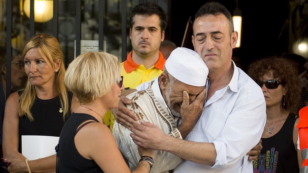 Javier Martinez, padre de Xavi, y Silvia, la madre de la victima de tres años de los atentados, emocionados junto al imán Driss Sallym en un acto organizado en Rubí