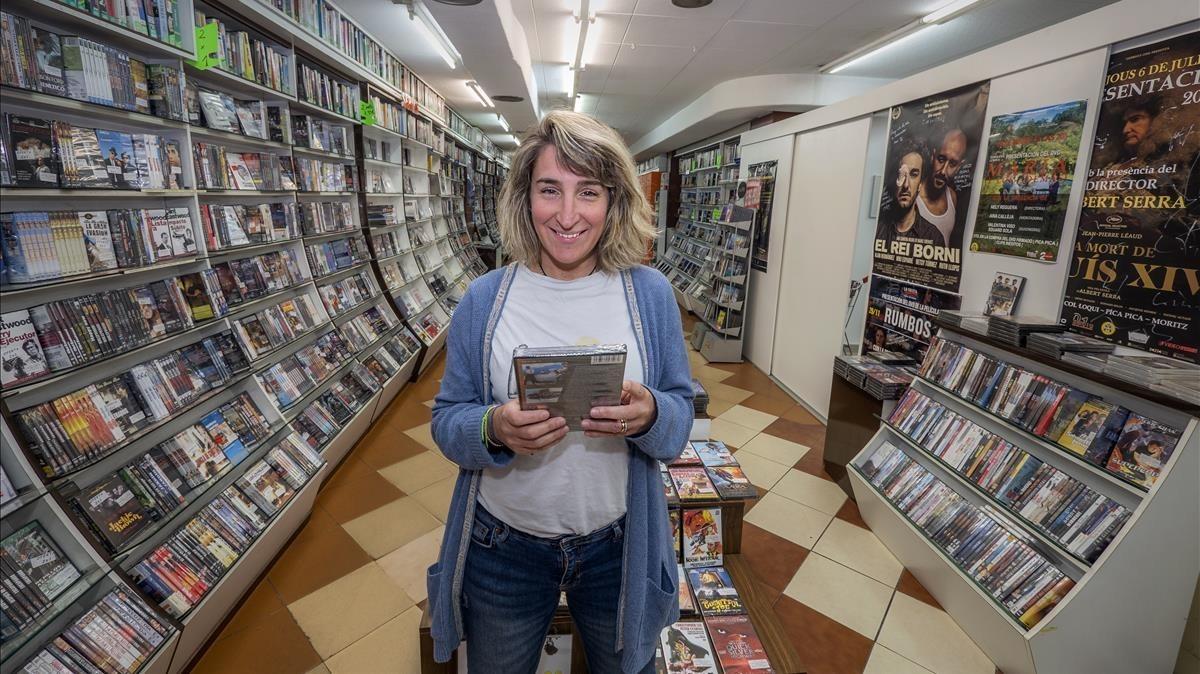 Aurora Depares,responsable deVideo Instan, el videoclub más antiguo de España, en su local.