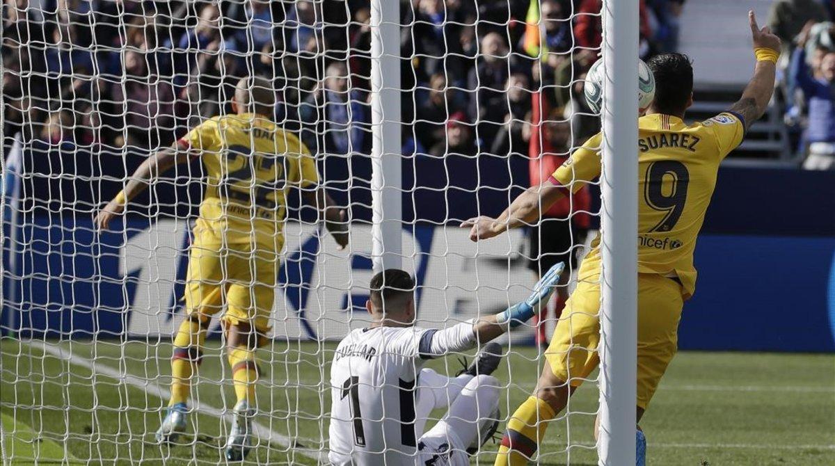 Arturo Vidal y Luis Suárez celebran el segundo gol azulgrana en Butarque.