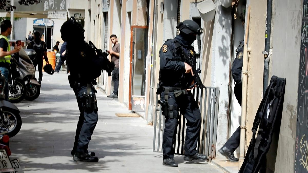 Los Mossos durante la operación antidroga en el barrio del Raval.