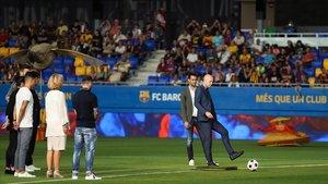Jordi Cruyff realiza el saque de honor junto a Danny, su madre, y los capitanes del Barça, Barça B y capitana del Barça femenino.