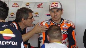 Jorge Lorenzo atiende las explicaciones de su técnico, Ramón Aurín, en Argentina.