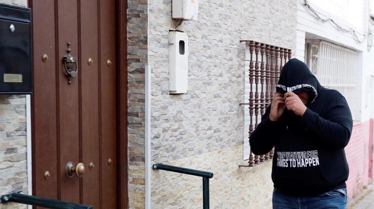José Ángel Prenda, llegando a su casa.