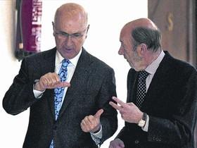 Josep Antoni Duran Lleida y Alfredo Pérez Rubalcaba, en los pasillos del Congreso de los Diputados.