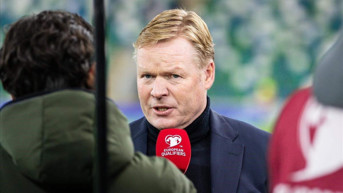 Koeman atiende a una televisión tras el encuentro ante Irlanda del Norte, en Belfast, en noviembre del 2019.