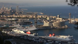Las terminales de ferris del puerto de Barcelona, vistas desde Montjuïc.