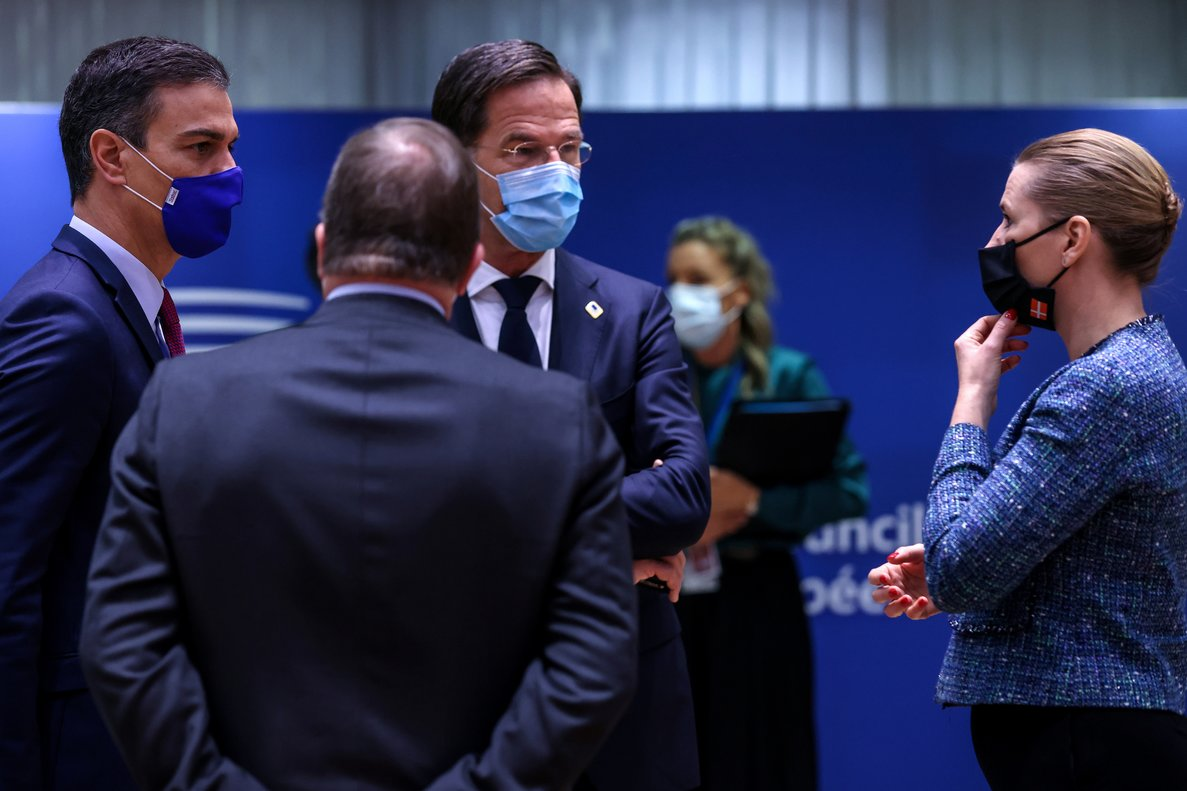 Spain's Prime Minister Pedro Sanchez, Dutch Prime Minister Mark Rutte and Denmark's Prime Minister Mette Frederiksen attend a meeting on the second day of an EU summit, in Brussels, Belgium October 16, 2020. Kenzo Tribouillard/Pool via REUTERS