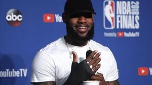 Lebron James muestra la mano rota en la conferencia de prensa tras el último partido.