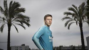 Lenglet posa para EL PERIÓDICO tras la entrevista en la ciudad deportiva de Sant Joan Despí.