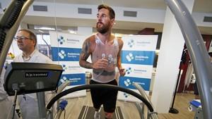 Leo Messi pasa la revisión médica en su primer día de entrenamiento.