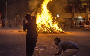 Hoguera en la calle Viladomat con Floridablanca, en Barcelona, durante la verbena de Sant Joan 2015.