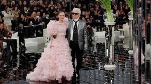 Karl Lagerfeld y Lily-Rose Depp saludan en el Gran Palais de París.