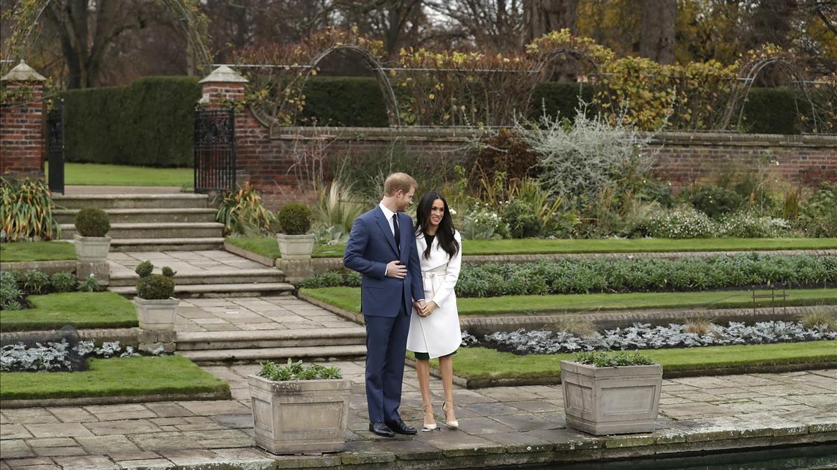 Los prometidos, en los jardines del palacio de Kensington.