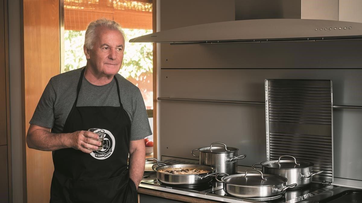 Víctor Manuel, cocinando en su casa.