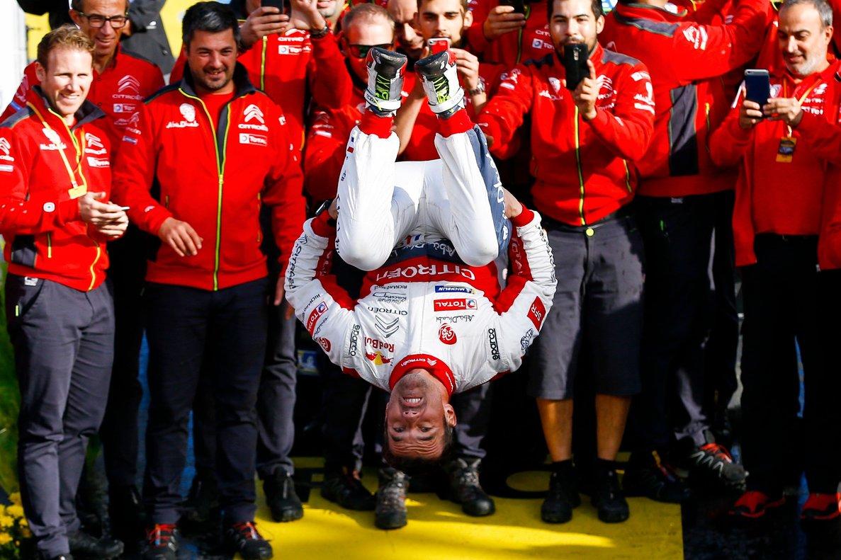 Loeb, en el centro, celebra la victoria en Catalunya, tras acabar la prueba en Salou.