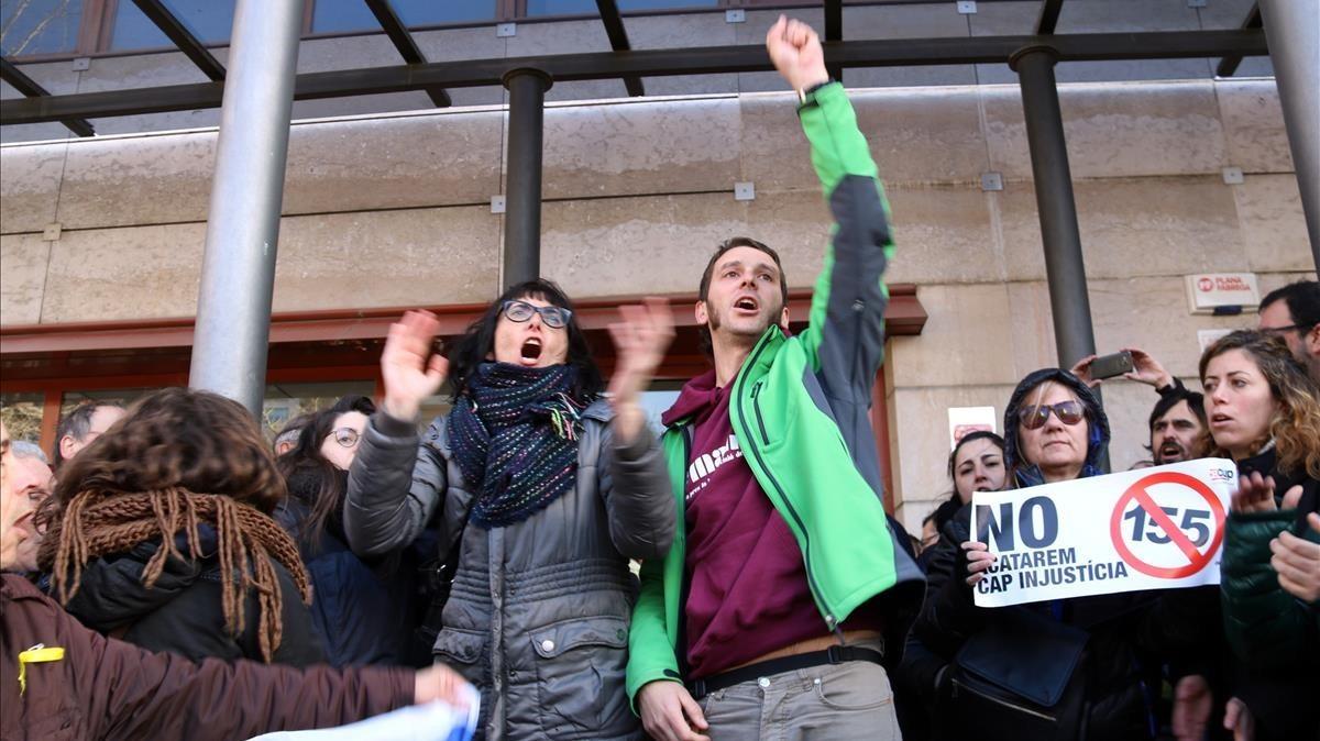 Los concejales de la CUP en Reus Marta Llorens y Oriol Ciurana, a su salida del juzgado este jueves.
