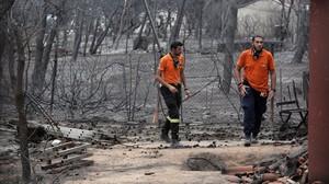 Los equipos de rescate buscan a posibles víctimas.