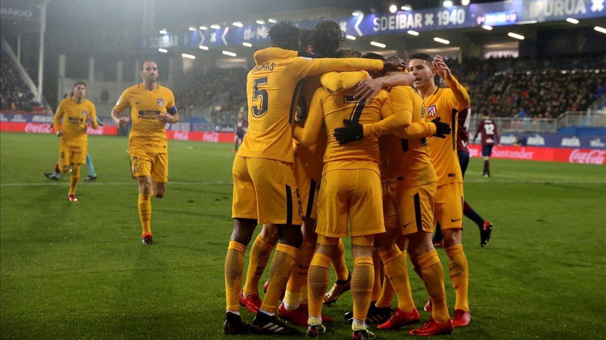 Los jugadores del Atlético celebran el gol de Gameiro en Ipurúa.