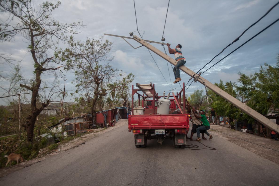 Los postes electricos de la localidad de Kavayon, en el suroeste de Haití, han caído por los fuertes vientos.