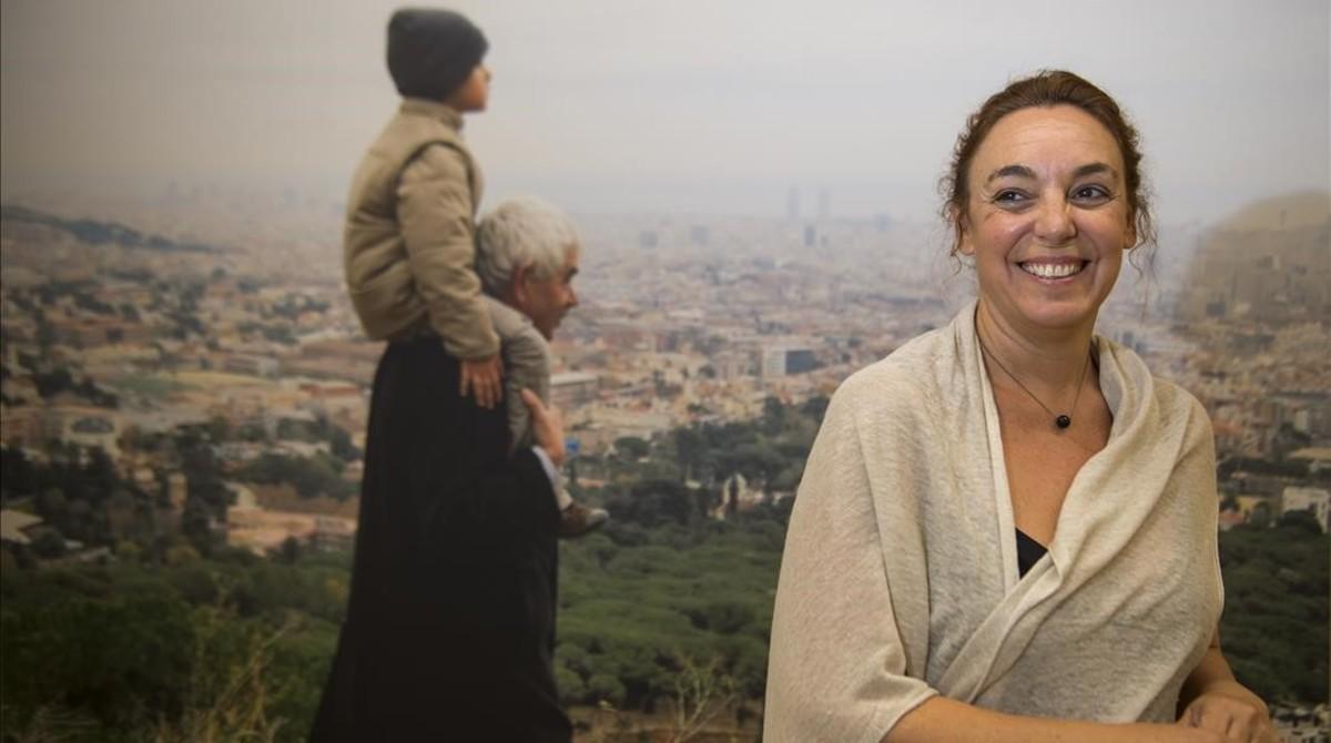 Cristina Maragall, en la Fundació Pasqual Maragall, junto a una fotografía de su padre con su hijo Nuno a hombros hace seis años.