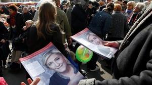 Seguidores de Marine Le Pen distribuyen propaganda en el mercado de Henin-Beaumont.