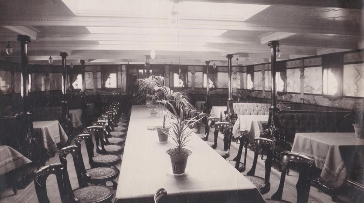 Comedor de primera clase, con una gran mesa central. El Eizaguirre disponía de una moderna cámara frigorífica para conservar viandas, luz eléctrica y telegrafía sin hilos.