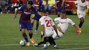 Luis Suárez se enfrenta a Diego Carlos y Fernando en el Sevilla-Barça del viernes.