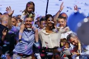 Macri, junto a su mujer, Awada, y su hija, Antonia, celebra la victoria electoral, anoche en Buenos Aires.