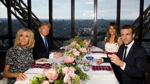 Los matrimonios Macron y Trump el pasado mes de julio en el restaurante de la TorreEiffel.