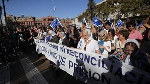 Madres de la Plaza de Mayo participan en la marcha semanal de la asociación, en Buenos Aires, el 4 de mayo.