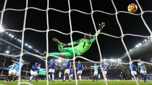 Momento en que Laporte marca gol en la portería de Pickford.