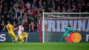 Ter Stegen i la fortuna sostenen el Barça a Praga