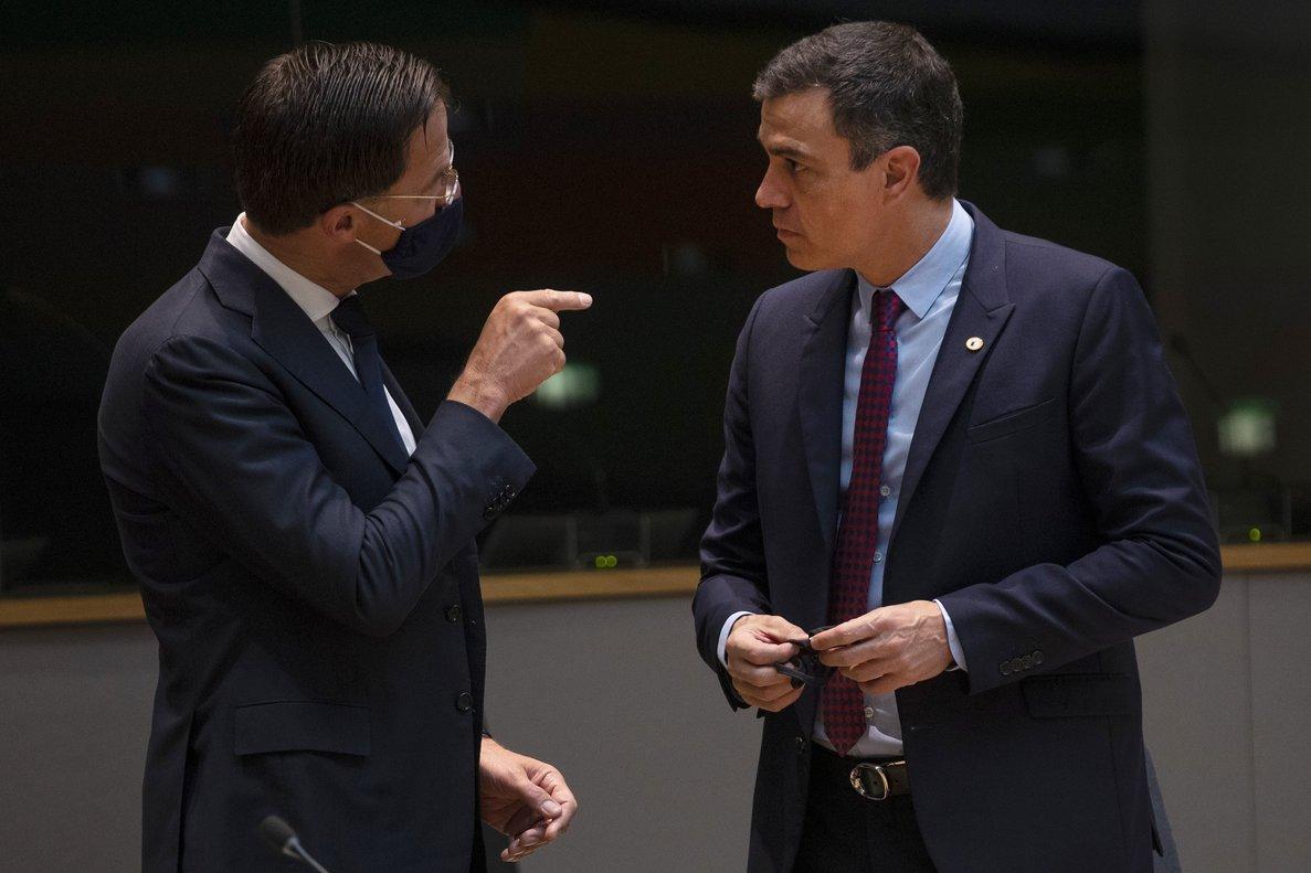 Mark Rutte habla con Pedro Sánchez, este sábado en Bruselas.