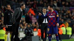 Messi discute con Vicente Moreno.