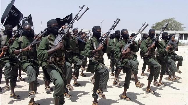 Miembros de las milicias radicales de Al Shabab, al sur de Mogadiscio.