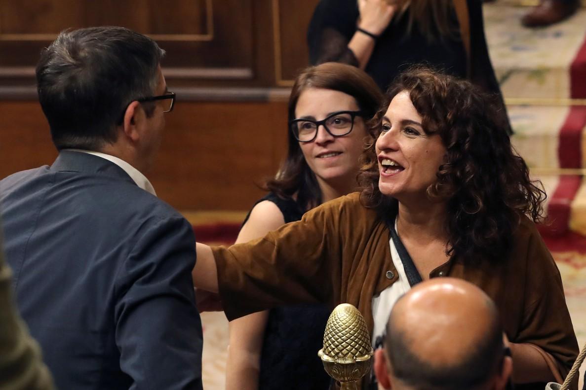 La ministra de Hacienda, María Jesús Montero,conversa con el diputado Patxi López.