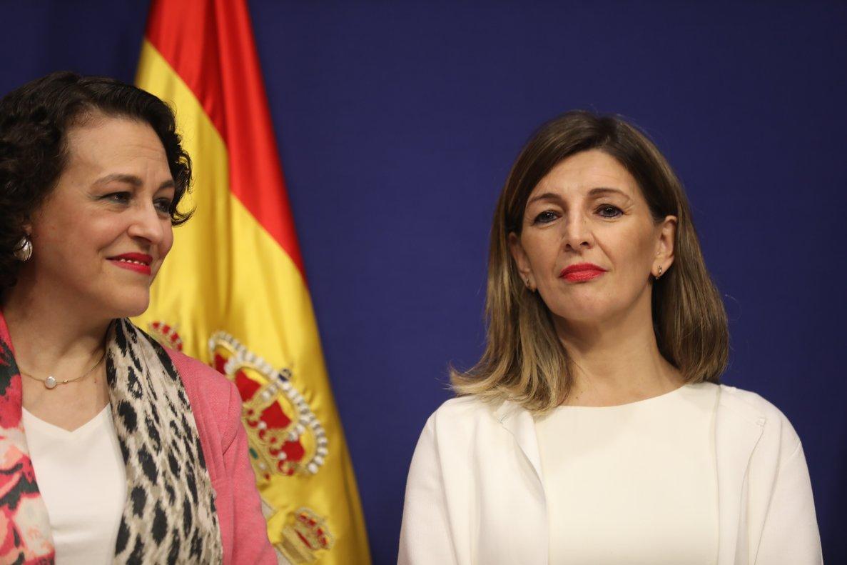 La ministra de Trabajo, Yolanda Díaz (d)en su toma de posesión con Magdalena Valerio (i).