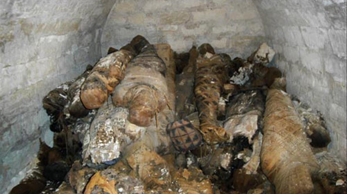 Más de cien momias vendadas de la época ptolemaico-romana, halladas por la misión arqueológica de Oxirrinco.