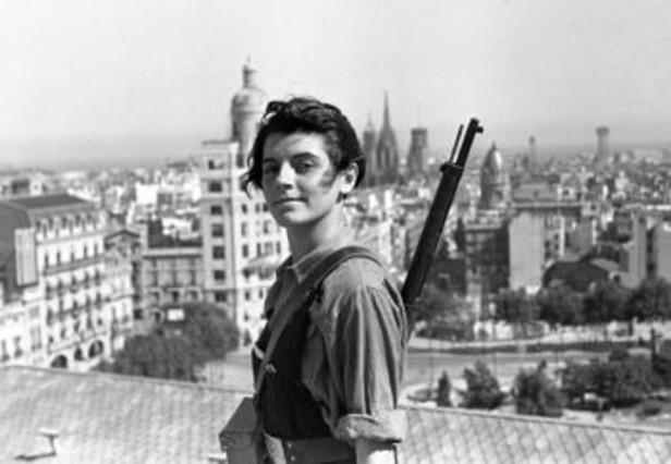 La mítica foto de Marina Ginestà, a los 17 años, vestida de miliciana y con el fusil al hombro, en la azotea del hotel Colón, en la plaza de Catalunya de Barcelona, al comienzo de la guerra civil.