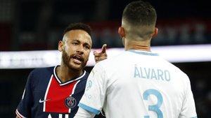 Neymar se encara con Álvaro, el central español del Olympique de Marsella.