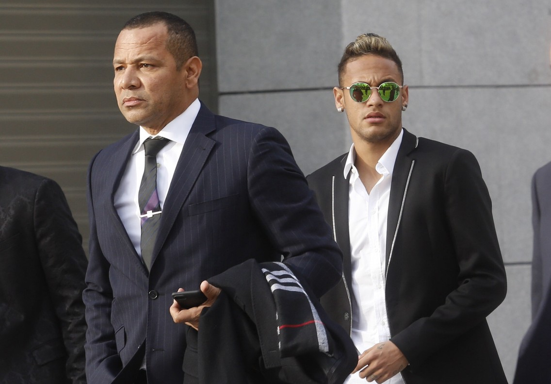 Neymar y su padre, en febrero del 2016, a su llegada a la Audiencia Nacional.