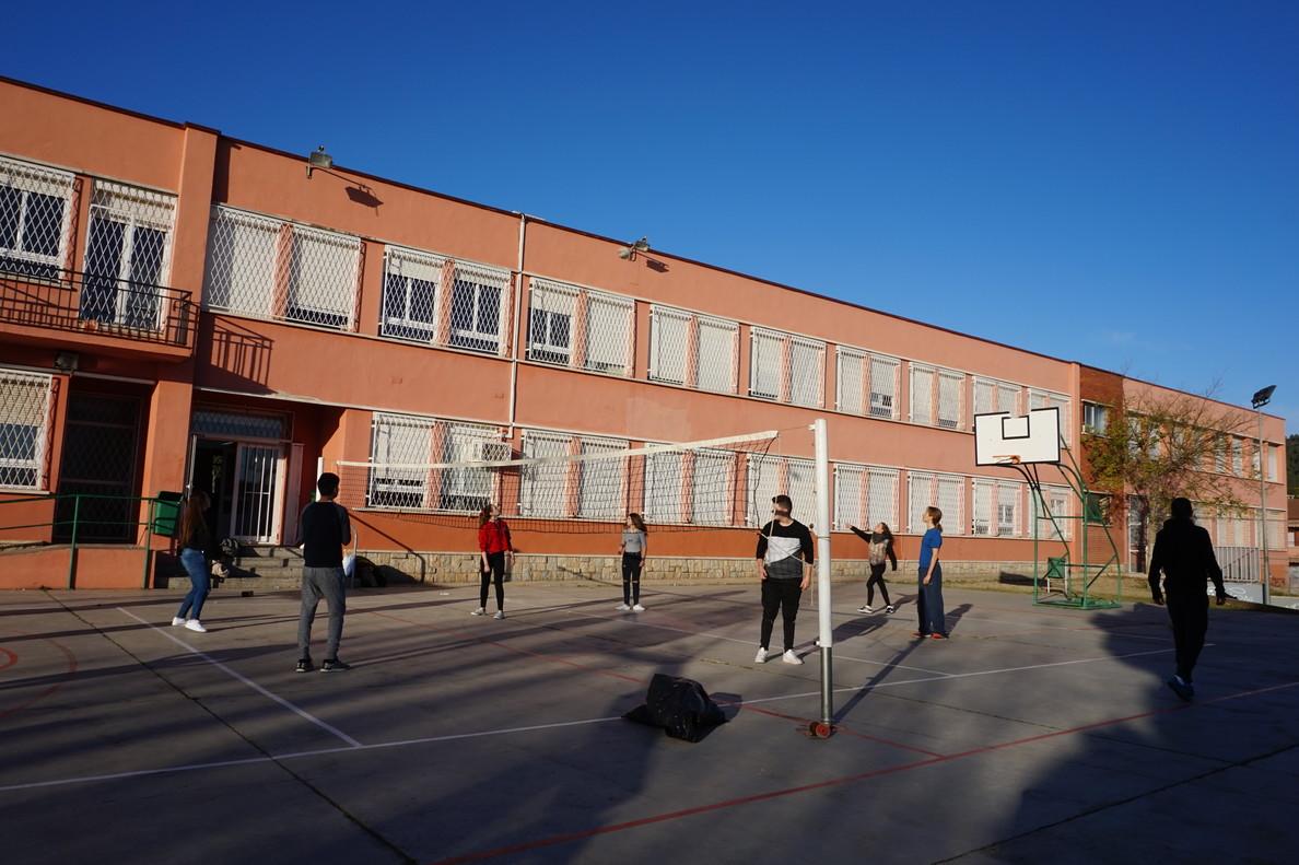 Niños y niñas jugando en el patio del Instituto Bruguers de Gavà
