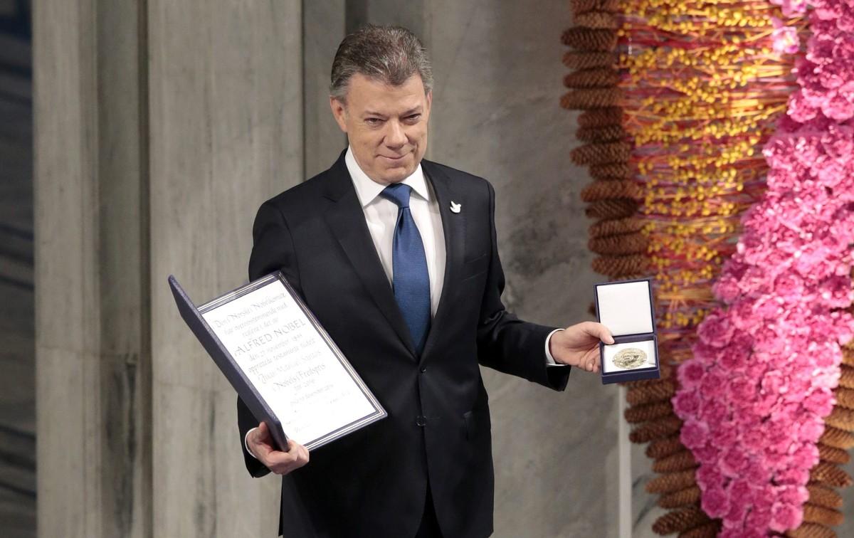 Juan Manuel Santos, con el Nobel de la Paz, este sábado en Oslo.
