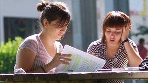 Dos estudiantes, en el campus de la Universitat Autònoma de Barcelona (UAB).