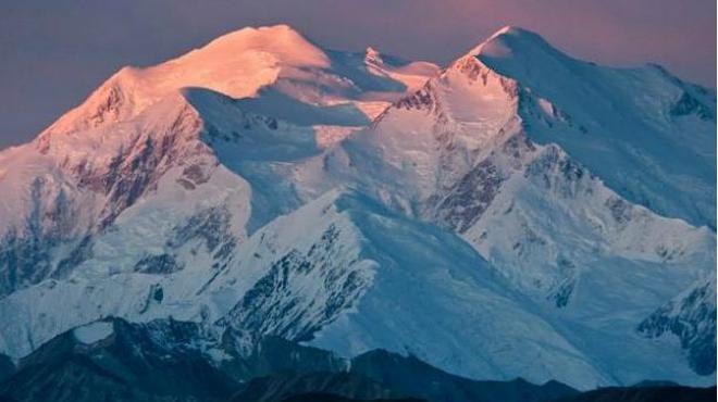 Vista de la muntanya més alta dels EUA, ubicada a Alaska; el seu nom natiu significa 'l'alt'.