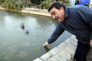 Un hombre comprueba una fuente helada en Mollerussa.