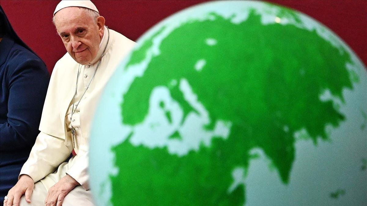 EL Papa Francisco junto a una globo terráqueo
