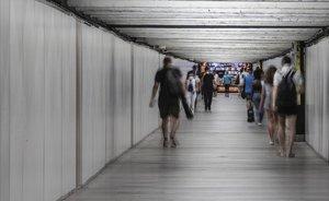 El pasillo del intercambiador del metro en la estación de Passeig de Gràcia.