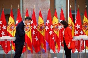 Pedro Sánchez y la presidenta madrileña, Isabel Díaz Ayuso, se saludan tras su comparecencia conjunta en la Real Casa de Correos de Madrid, sede del Ejecutivo autonómico, el pasado 21 de septiembre.